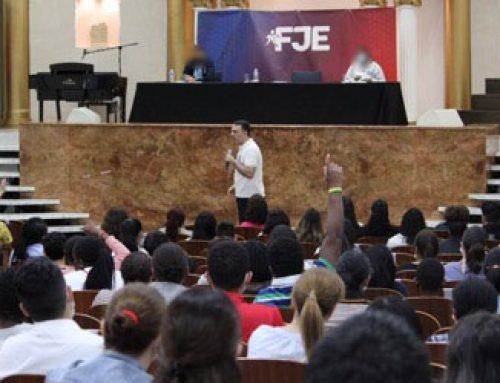 200 jóvenes y padres asisten a una charla sobre cómo salir de las bandas latinas